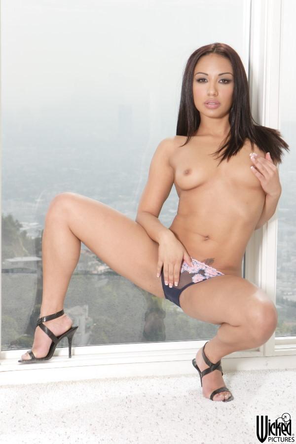 Крутая смуглая красавица Jasmine Byrne медленно снимает лифчик
