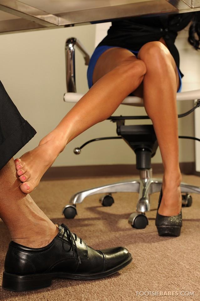 Сисястая Anissa Kate не стесняясь обрабатывает черный кол ножками и пилоткой