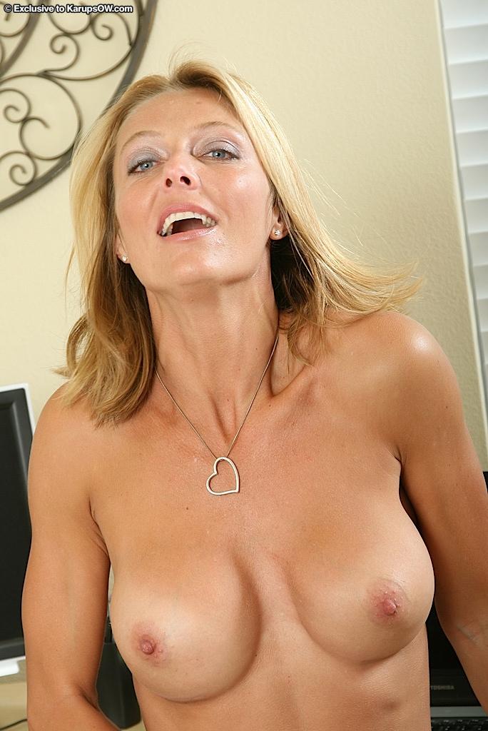 Сексуальная мама Brenda James с гигантским бюстом и ухоженной пилоткой стягивает белоснежный лифчик и красные трусики