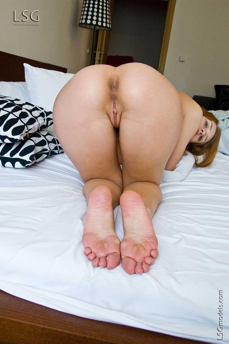 Полностью нагая Denisa Heaven выставила напоказ с крупным желанием суксуальные прелести в спальне