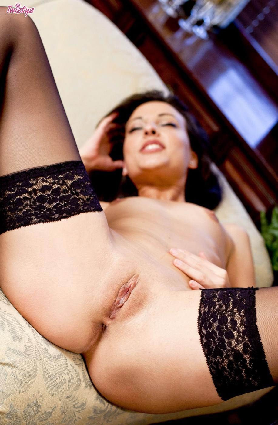 Русая порноактрисса в тёмных чулках Lorena B раздвигает идеальные ножки