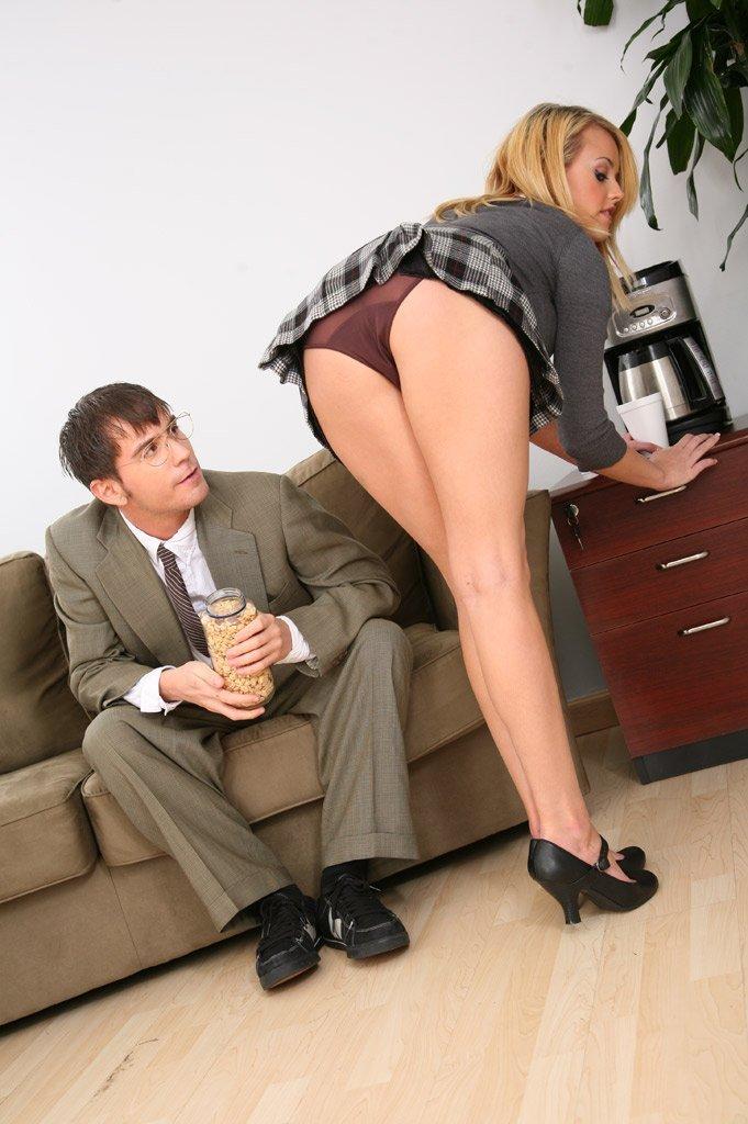 Офис Xxx ремейк - эпизод 3- Большегрудая светлая порно звезда Codi Carmichael разводит свои интимные ножки чтобы поебаться с помошницой