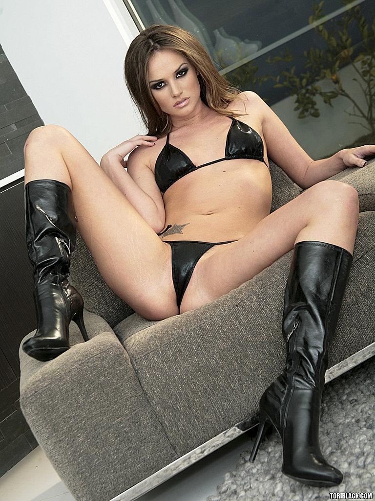Грациозная сучка в сапожках Tori Black стягивает сексуальное белье и раздвигает ножки и булочки