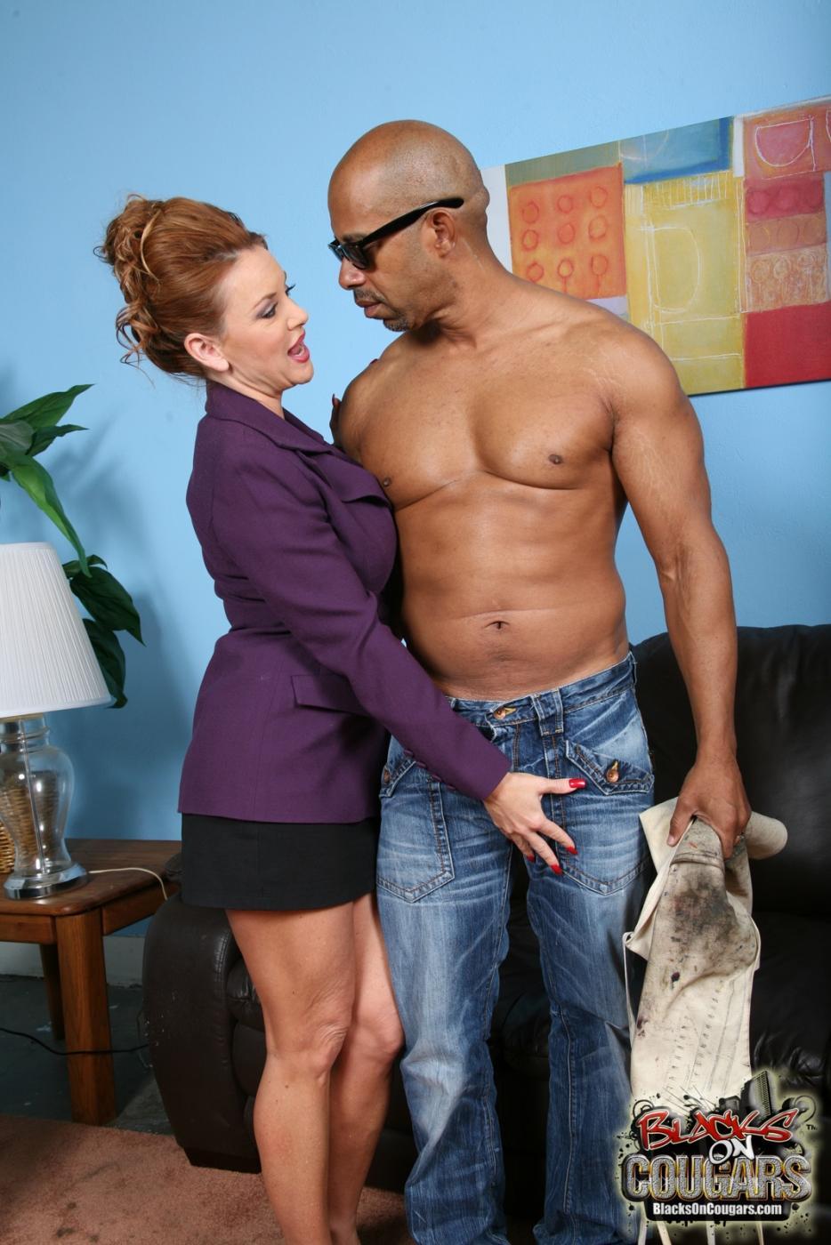Титястая рыжеволосая мамаша Janet Mason стала грязной шлюхой при помощи черного дядьки из офиса