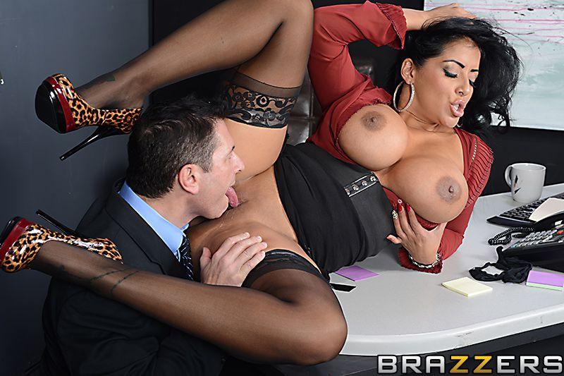 Латинская помошница Kiara Mia готова поднять юбку и принять толстый член