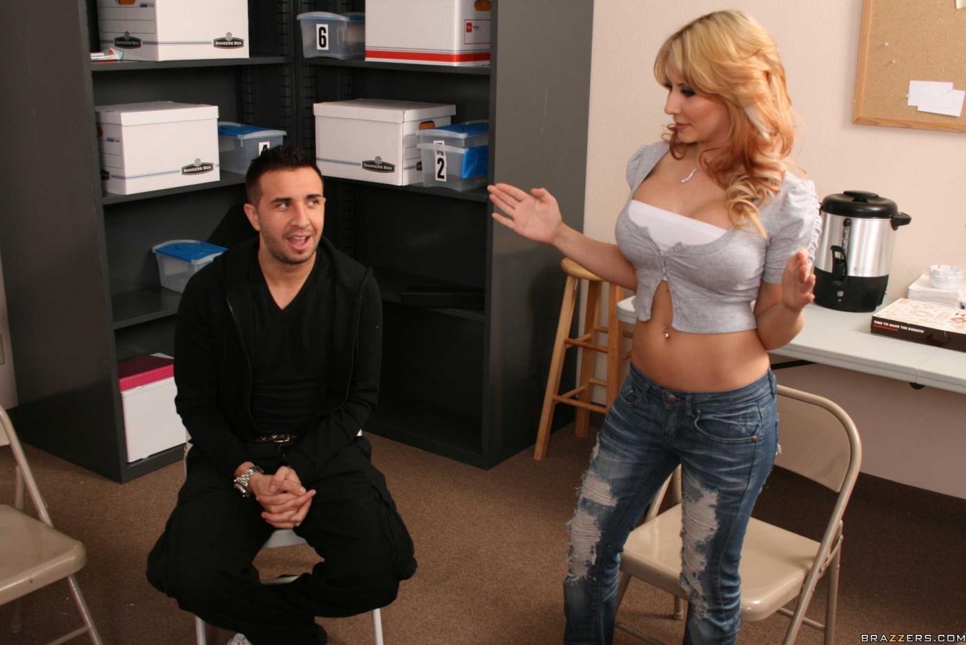 Пышногрудая Madison Ivy дала парню с большим перцем попробовать себя прямо на рабочем месте
