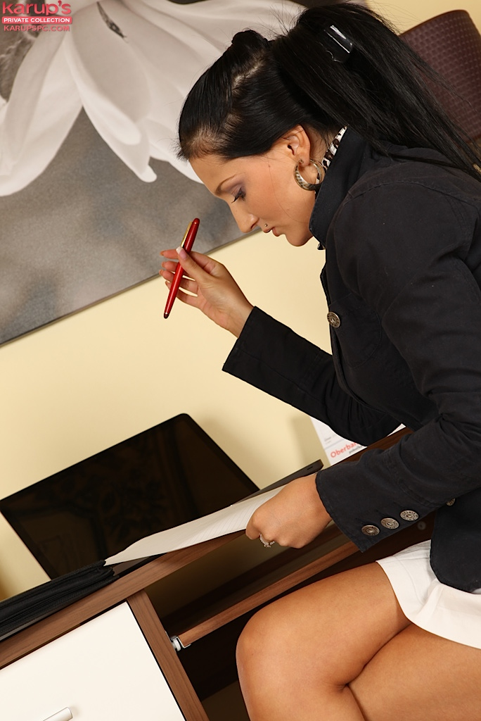 Игривая офисная проститутка Tery Angel снимает лифчик до гола