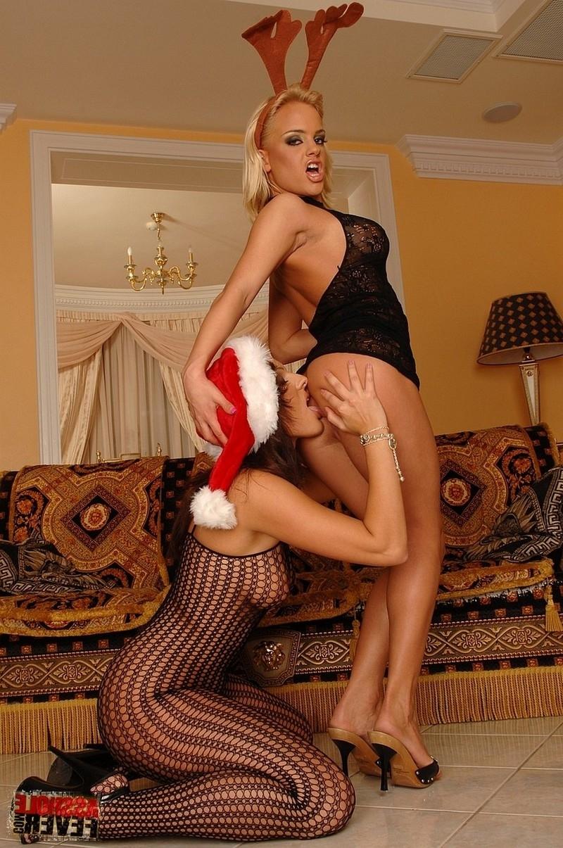 Рождественский секс втроём