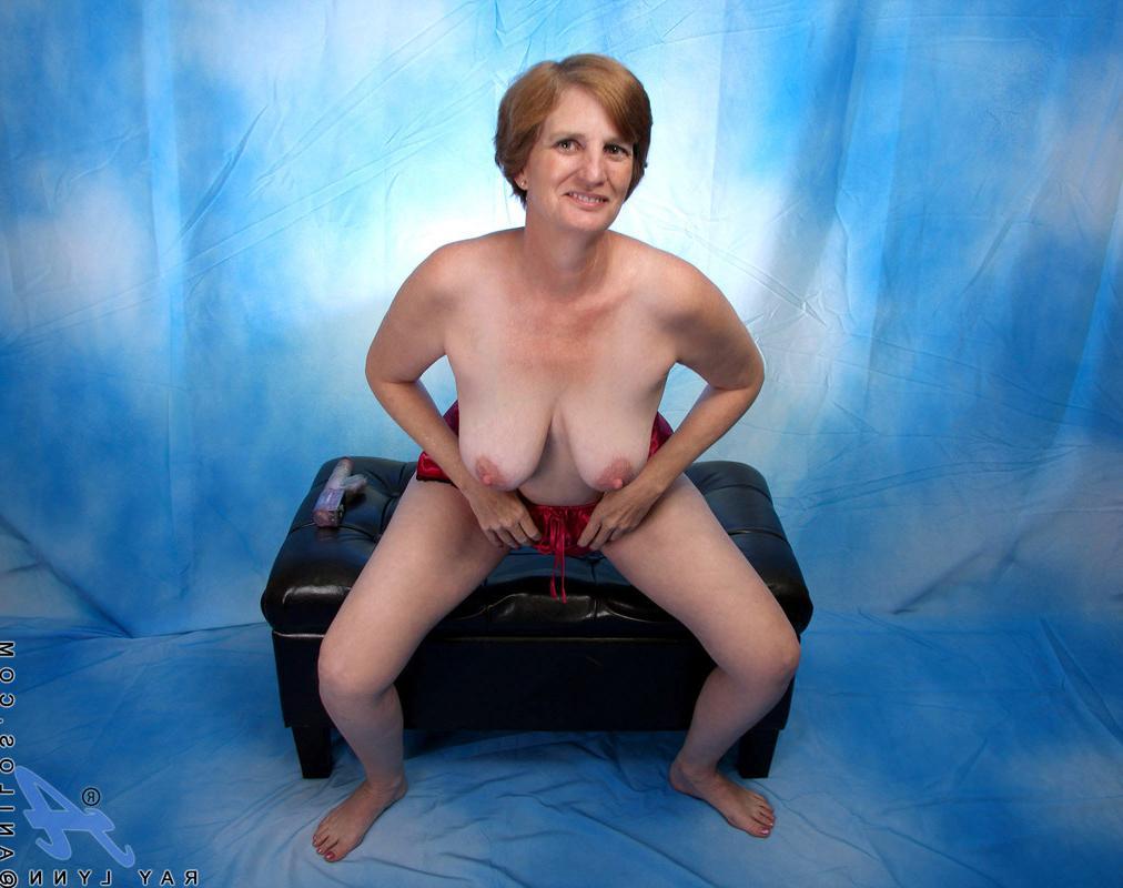 Шестидесятилетняя девка ебет себя фаллоимитатором