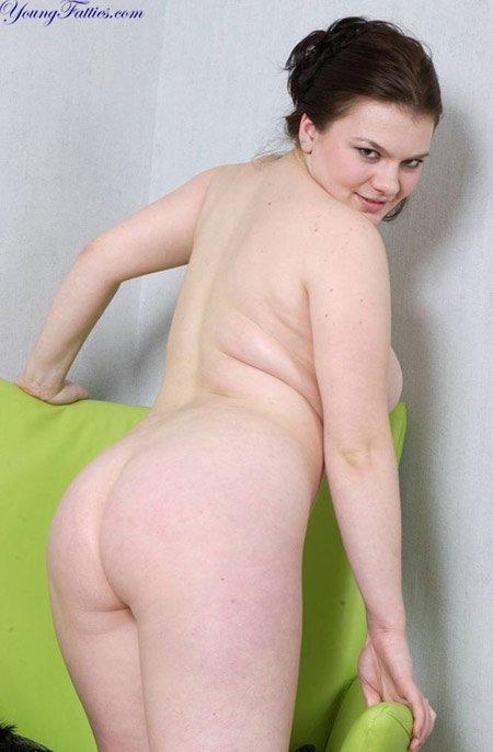 Сидя в кресле пухлая деваха снимает халат