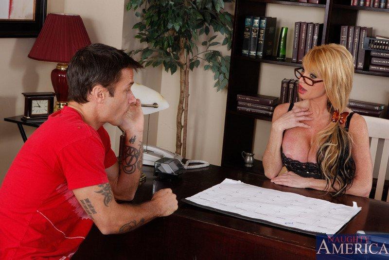 Эта мамуля в чулках Taylor Wayne такая сексуальная, что сразу соблазнила юнца засунуть член в свою писю