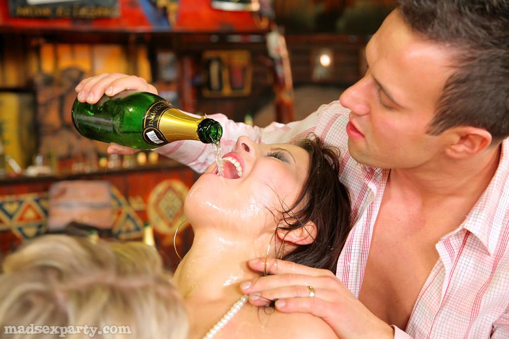 Групповой секс в баре