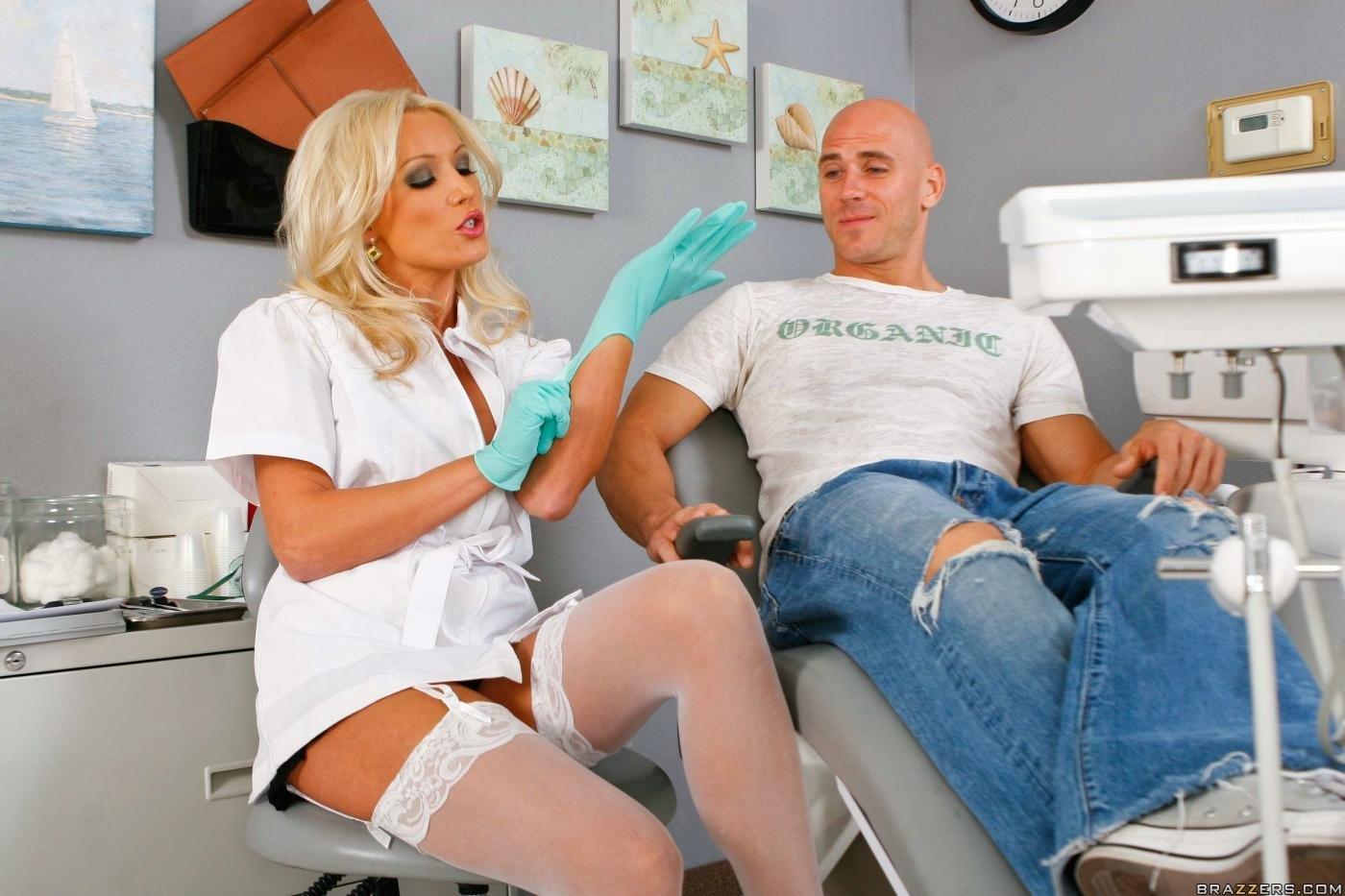 Сексапильная блондинка-доктор в белых гольфах и униформе - Sue Diamond, трахается с пациентом