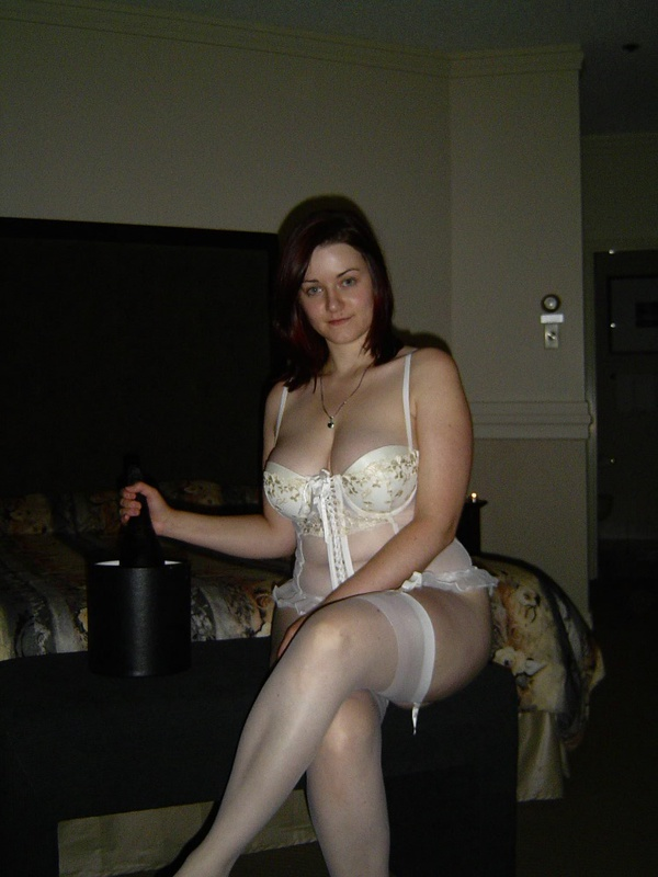 Дама снимает одежду и дрочит пилотку в койке