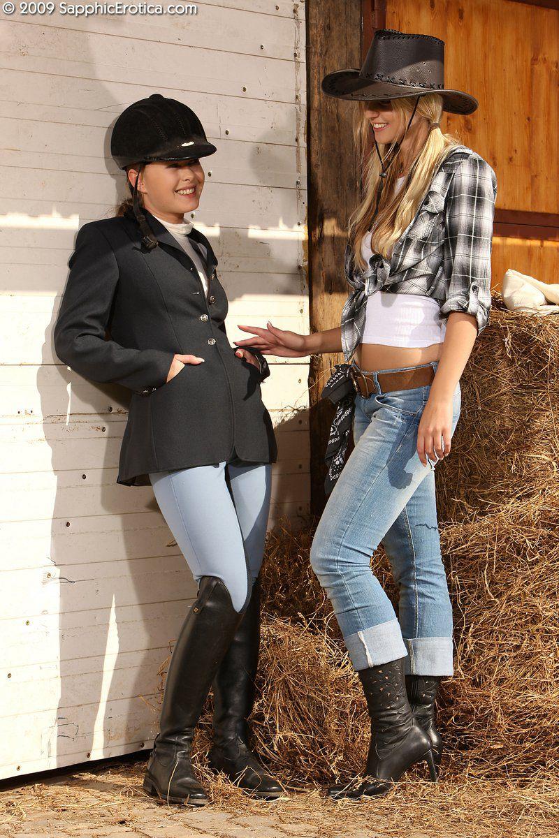 Тёлки в одежде жокеев Mya Sapphic и Aneta J снимают свои узкие джинсы чтобы пошалить с узенькими писями