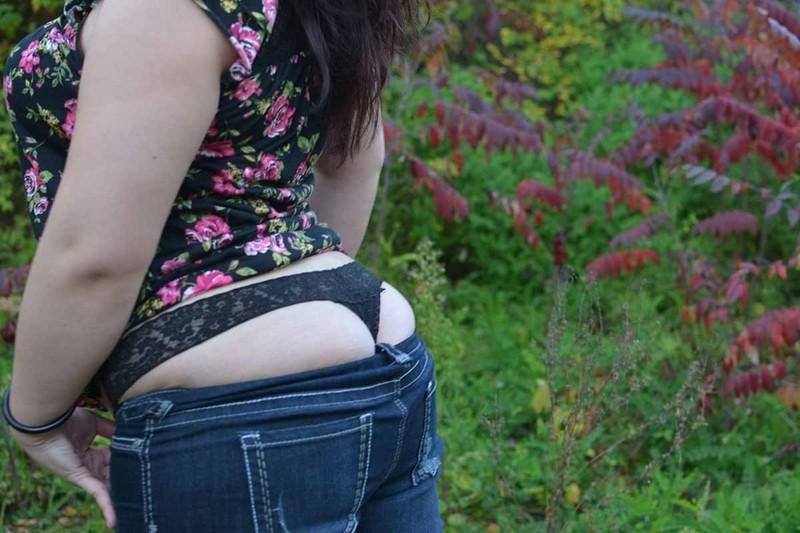 Пышка начинает снимать одежду  в общественных местах