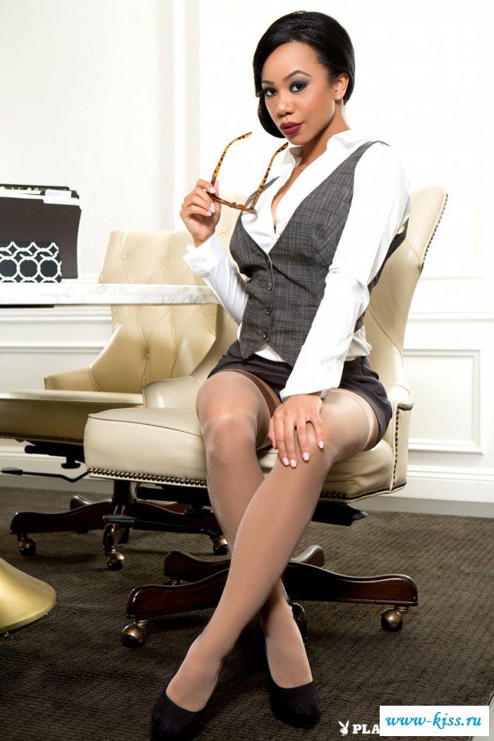 Раздетая женщина-брюнетка в очках с упругим бюстом