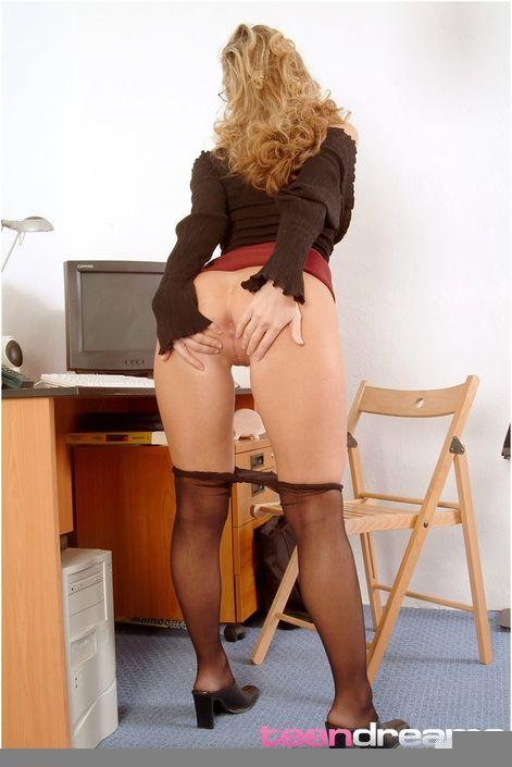 Заведенная блондиночка в очках залезла до мокрого клитора в колготки и возбуждает пилотку пальчиками