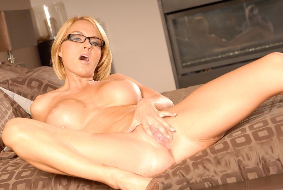 Сисястая блондинка Krissy Lynn сексуально делает селфи голой