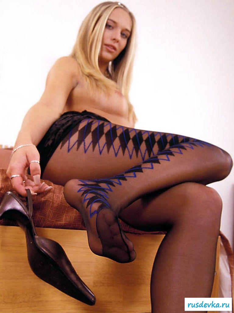 Голая девка в оригинальных колготках на ногах