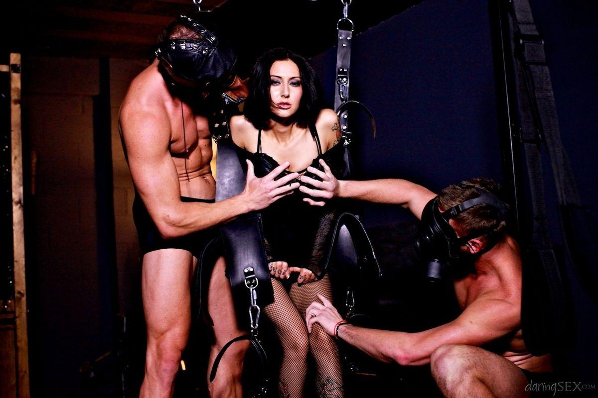 Горячая русая порноактрисса была выебана двумя парнишками, которые решили скрыть свои лица