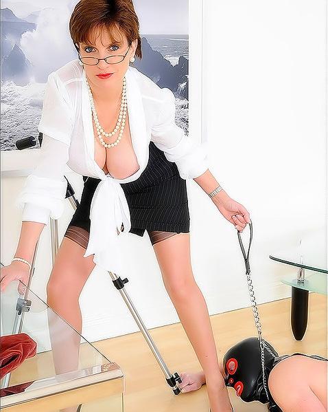 Возрастная начальница жестоко доминирует со своим подчиненным просто на работе