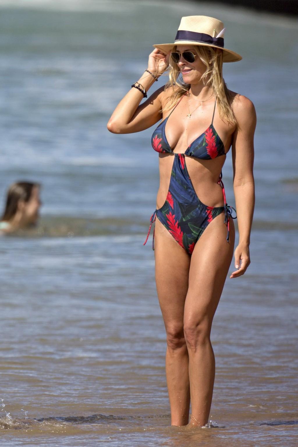 Британи Даниэль и Синтия Даниэль прогуливаются по берегу моря в купальниках, показывая свои фигурки