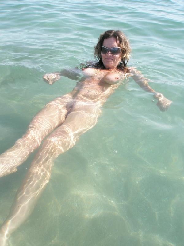 Любовник фотографирует обнаженную туристку на берегу моря