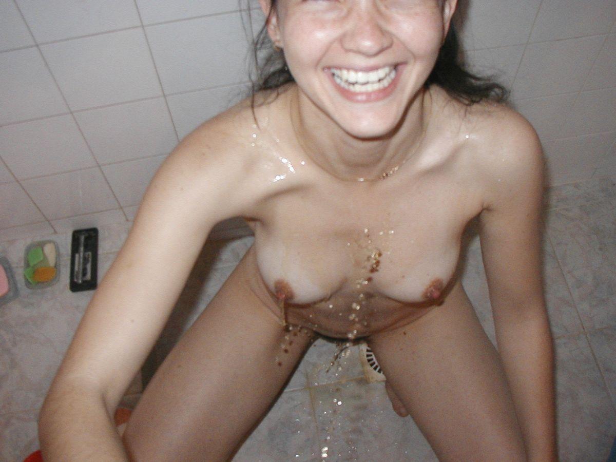 Мария приняла душ, а потом муж поссал на нее