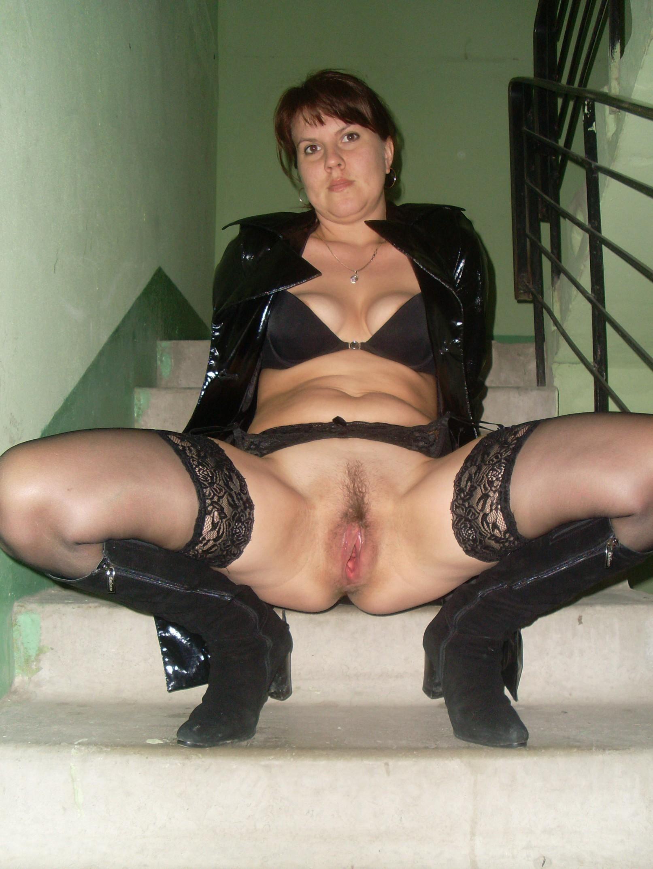 Возбуждающая русская проститутка фотографируется раздетой